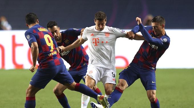 Robert Lewandowski im Zweikampf mit Gerard Piqué und Luis Suarez