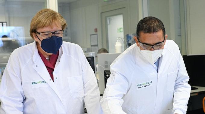 Ugur Sahin und Angela Merkel im Biontech-Labor.