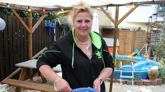 Silvia Wollny macht Nudelsalat.