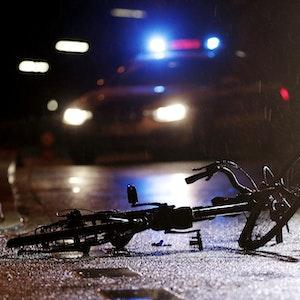 Ein Fahrrad liegt am 11. März 2020 auf dem Sandträgerweg in Düsseldorf. Ein Auto ist mit einem Mann kollidiert und hat ihn verletzt. In Dortmund wurde am 13. September 2021 ein Radfahrer lebensgefährlich verletzt, als er im Geghenverkehr mit einem Auto zusammenstieß.