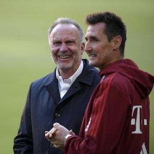 Klose steht an der Seite von Karl-Heinz Rummenigge.