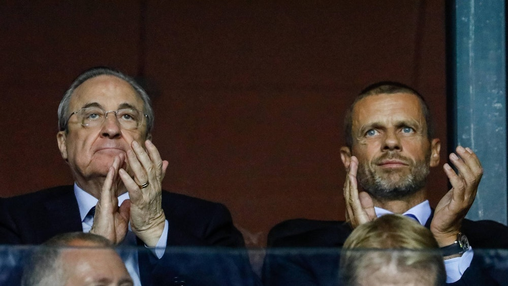 Florentino Perez und Aleksander Ceferin applaudieren.
