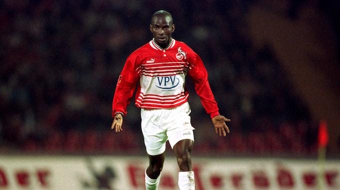 Der Kölner Pascal Ojigwe führt den Ball eng am Fuß.