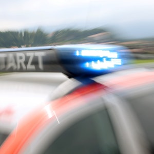 Das Symbolfoto zeigt ein Notarzteinsatzfahrzeug, aufgenommen im September 2014 in Miesbach (Bayern).