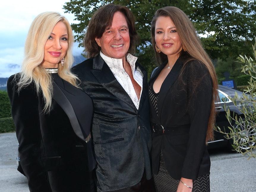 Sänger Jürgen Drews steht mit Ehefrau Ramona (l) und Tochter Joelina im Festspielhaus vor den Fotografen