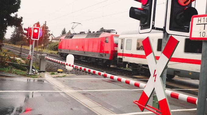 Ein Zug fährt am 24. November 2017 durch die Ortschaft Altendorf (Bayern). In Brühl (NRW) wurde ein 87-Jähriger von einem Intercity erfasst, er verstarb am 13. September 2021.