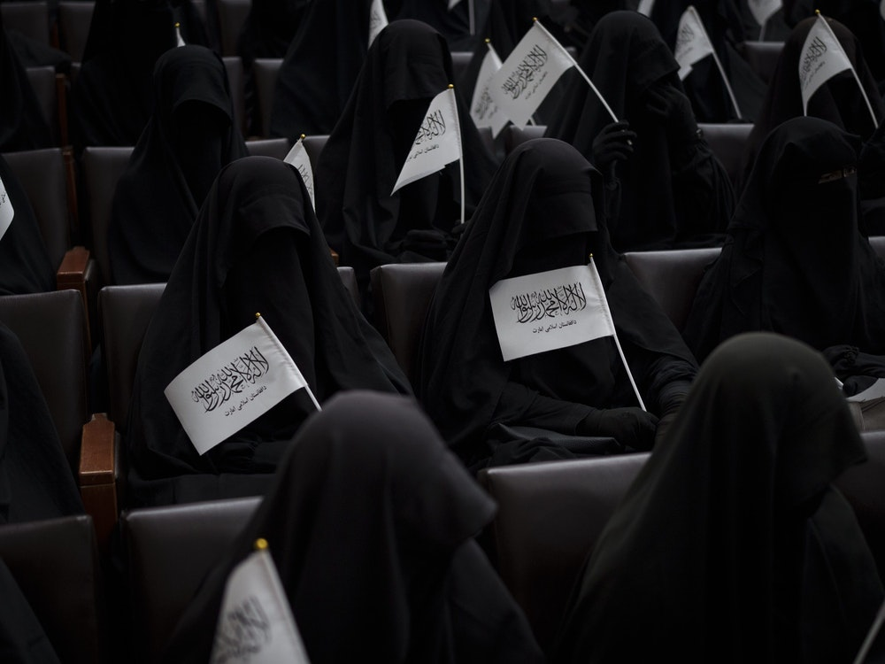 So wie auf diesem Foto vom 11. September 2021 zu sehen, sollen sich Frauen zukünftig kleiden, wenn sie an Universitäten lernen wollen.