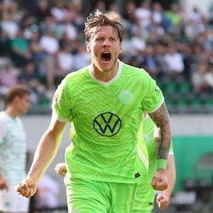 Wout Weghorst freut sich über sein Tor zum 2:0.