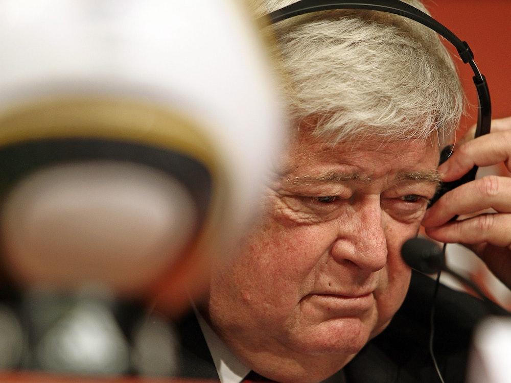 Ricardo Teixeira, damaliger Präsident des brasilianischen Fußballverbandes (CBF) und Präsident des nationalen WM-Organisationskomitees, spricht auf einer Pressekonferenz.