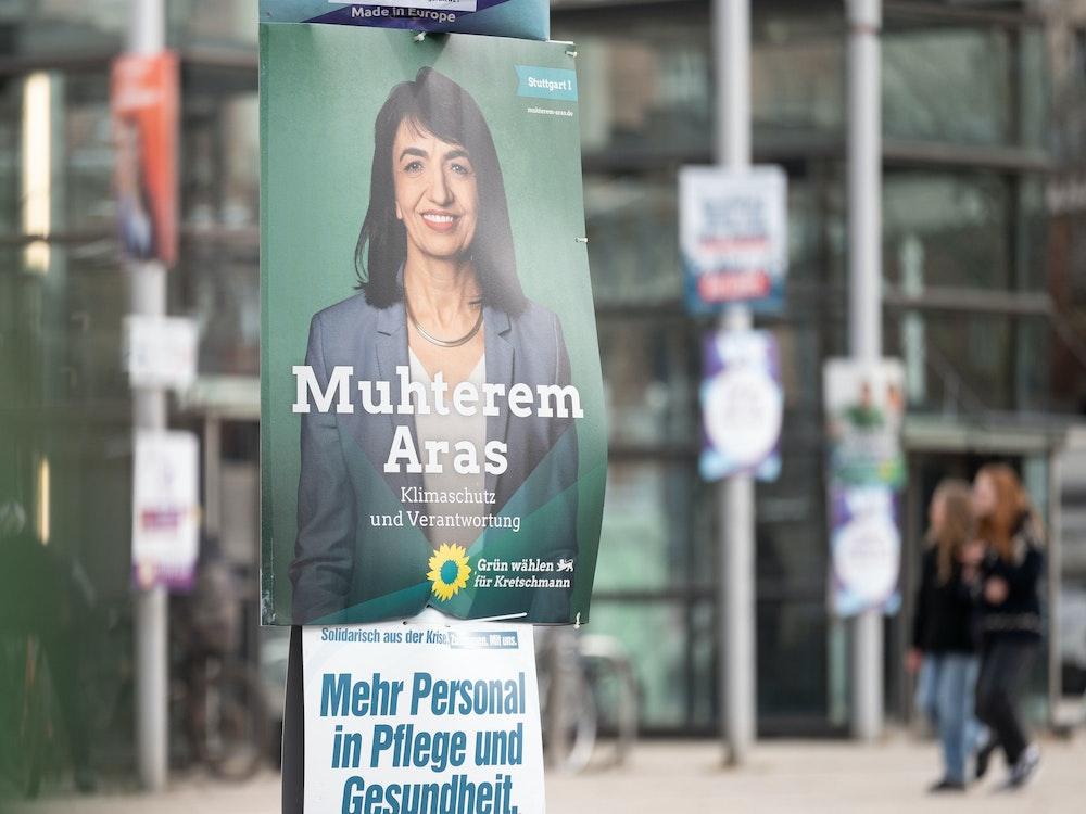 Die umstrittenen Wahlplakate dürfen hängen bleiben, wenn sie 100 Meter Abstand zu Plakaten der Grünen (wie hier in Baden-Württemberg) einhalten, so das Gericht.