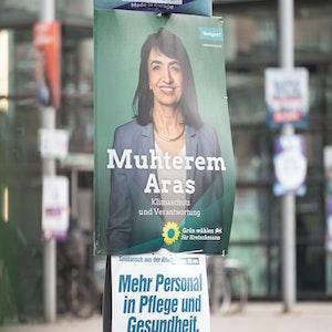 Ein Wahlplakat zur Landtagswahl in Baden-Württemberg, auf dem Muhterem Aras, die Kandidatin von Bündnis 90/Die Grünen für den Wahlkreis Stuttgart 1 und amtierende Landtagspräsidentin zu sehen ist, hängt an einem Mast am Marienplatz.
