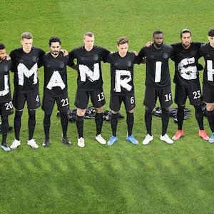 Die deutschen Spieler tragen Shirts mit jeweils einem Buchstaben. Zusammen ergeben die Buchstaben das Wort Human Rights, Menschenrechte.
