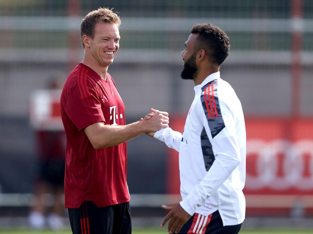 Julian Nagelsmann und Eric Maxim Choupo-Moting klatschen sich beim Training des FC Bayern ab.