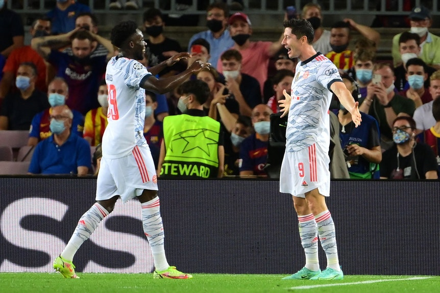 Stürmer Robert Lewandowski feiert mit Teamkollege das 2:0 für den FC Bayern München gegen den FC Barcelona.