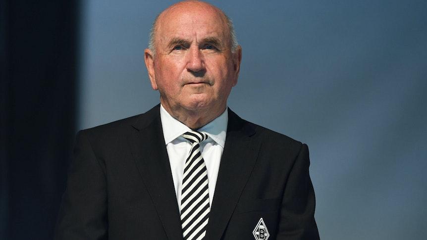Prof. Dr. Reiner Körfer, Aufsichtsratsvorsitzender bei Borussia Mönchengladbach, schaut bei der Mitgliederversammlung am 10. August 2021 im Borussia-Park in die Menge.