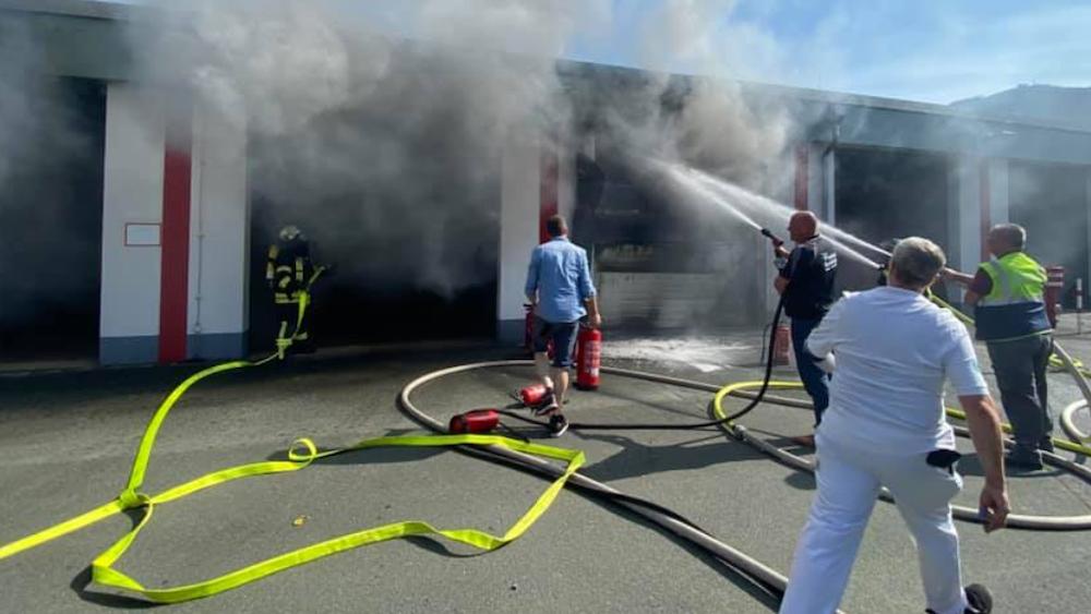 Feuer bei der Feuerwehr: Am Montag stand die Fahrzeughalle der Feuerwehr Olsberg in Flammen.
