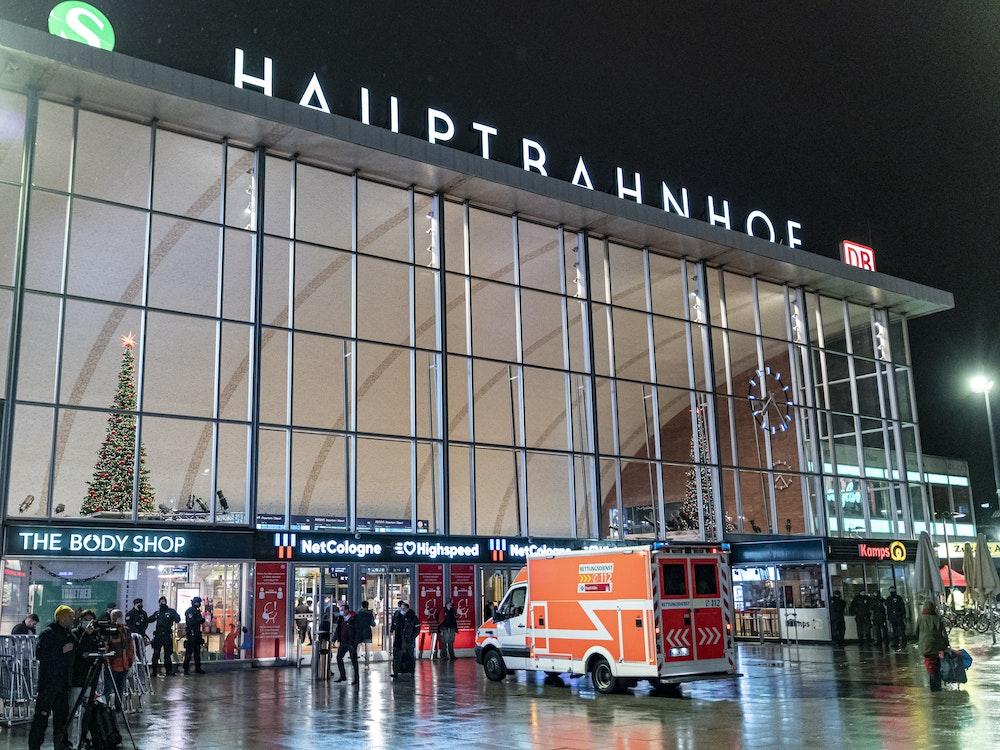 Rettungswagen vor dem Hauptbahnhof in Köln.