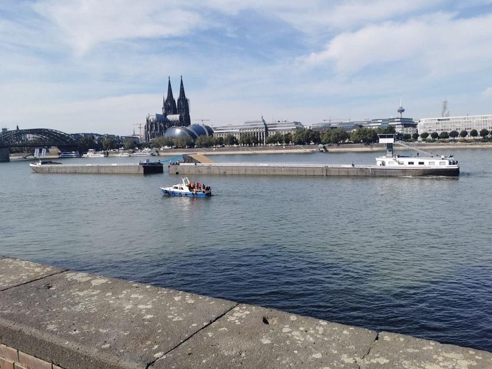 Schiff mit Motocross-Rampe auf dem Rhein in Köln.