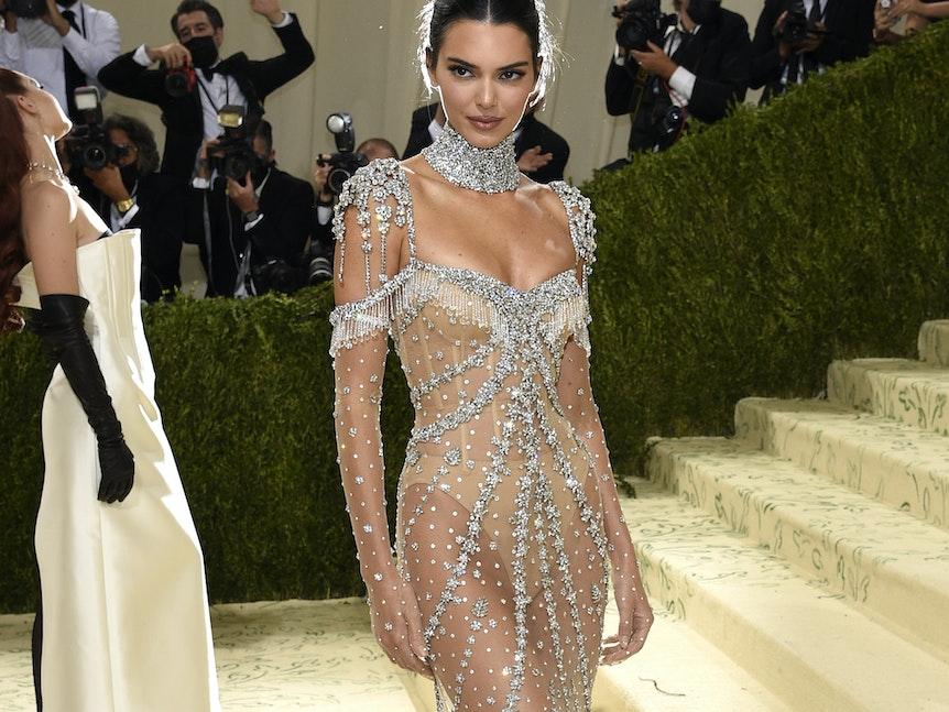 Kendall Jenner kommt zur Benefizgala des Costume Institute des Metropolitan Museum of Art.