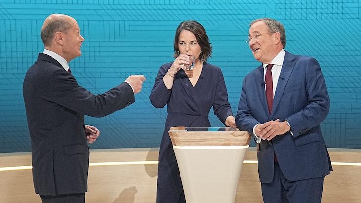 Die Kanzlerkandidaten Olaf Scholz (SPD, l-r), Annalena Baerbock (Bündnis90/Die Grünen) und Armin Laschet (CDU) treffen am 12. September 2021 in einer TV-Diskussion bei ARD und ZDF aufeinander.