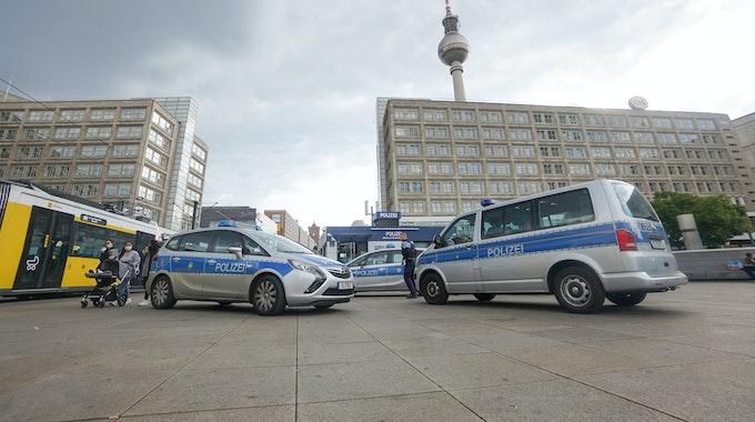 Die Polizei hat nach dem schrecklichen Vorfall auf dem Berliner Alexanderplatz (hier ein Archivfoto von 2020) Ermittlungen aufgenommen.