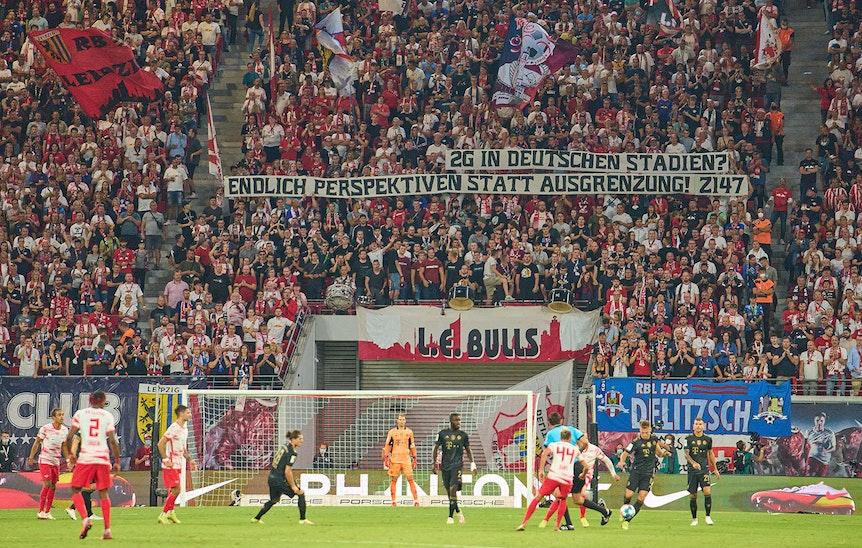 RB-Fans protestieren gegen die 2G-Regelung.