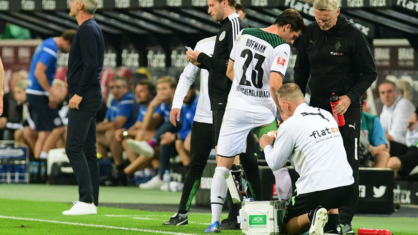 Gladbachs Jonas Hofmann Gladbach bekommt während dem Bundesliga-Spiel gegen Arminia Bielefeld am 12. September 2021 im Borussia-Park von Physiotherapeut Dirk Mueller (re.) den Oberschenkel bandagiert.