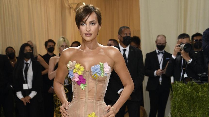 Irina Shayk zeigte sich in einem durchsichtigen Kleid mit bunten Blumenapplikationen.