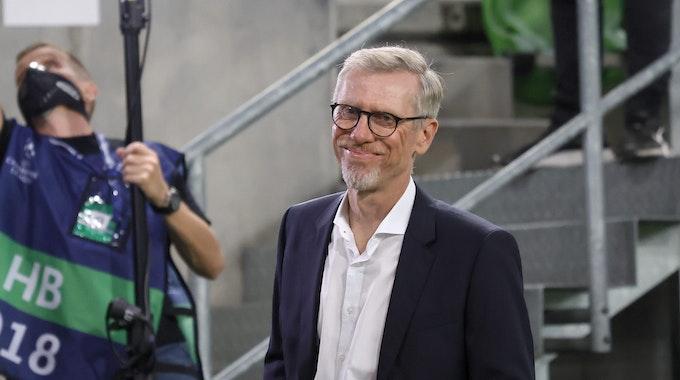 Peter Stöger lächelt an der Seitenlinie als Trainer von Ferencvaros Budapest.