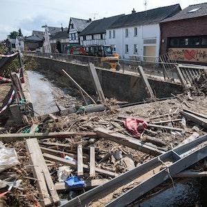Zerstört ist diese Brücke über den Orbach. Nach der Flutkatastrophe laufen in den betroffenen Regionen in NRW neben den Aufbauarbeiten (wie hier am 27. Juli 2021 in Swisttal) nun auch die Aufbauhilfen.