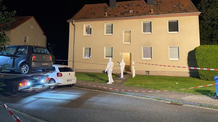 Mitarbeiter der Spurensicherung arbeiten am 12. September an einem Haus, in dem ein Mann mit einem Samuraischwert getötet wurde. Ein 47 Jahre alter Mann soll am Sonntagabend in Hückelhoven im Kreis Heinsberg einen 37-Jährigen mit dem Schwert getötet und einen 57-Jährigen verletzt haben.