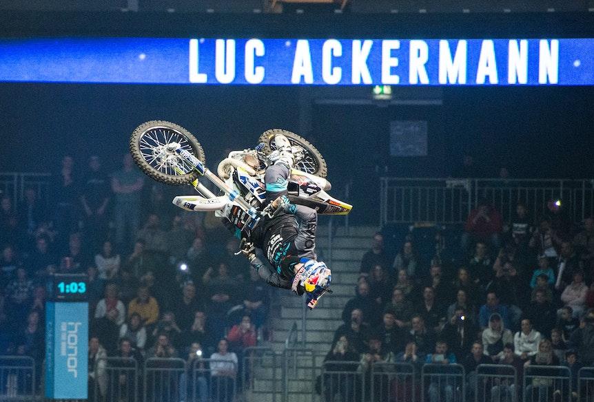 Luc Ackermann bei einem Sprung mit seinem Motocross in Halle.