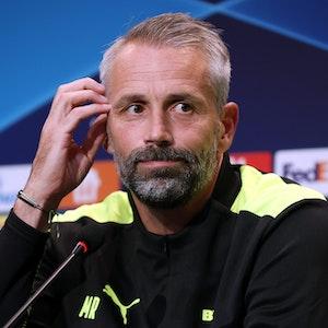 Marco Rose blickt skeptisch bei einer Pressekonferenz