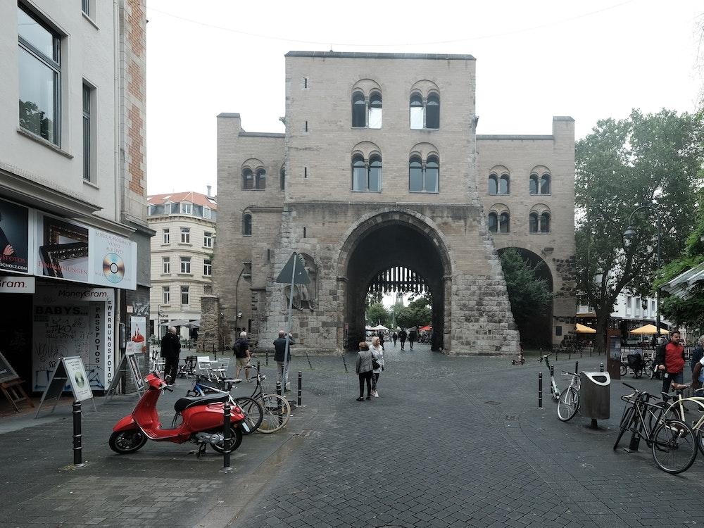Blick von der Straße auf die Eigelsteintorburg in Köln.