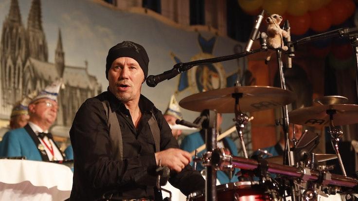 Schlagzeuger Peter Kellershoff von den Boore bei einem Auftritt