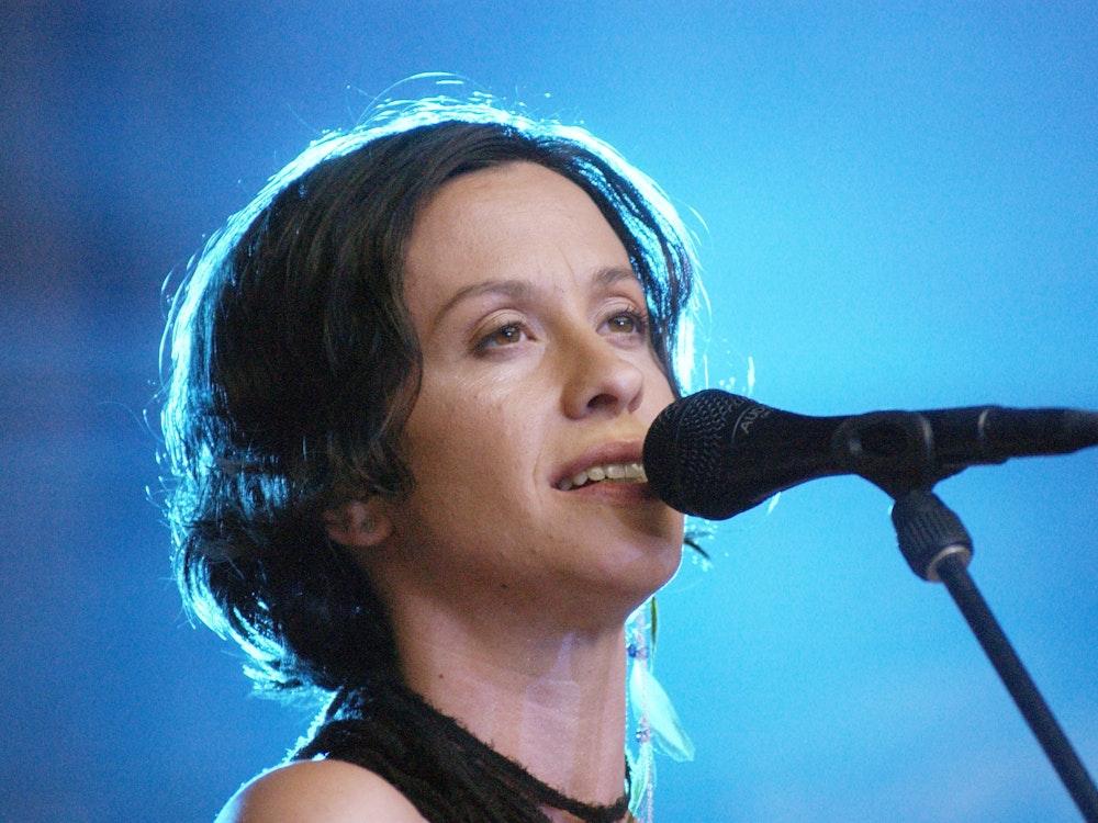 Alanis Morissette (hier bei einem Konzert 2004) hat erstmals über ihre schreckliche Vergangenheit gesprochen.