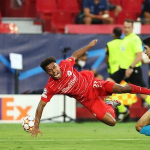 Yassine Bounou foult Karim Adeyemi,