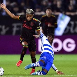 David Neres von Ajax Amsterdam im Zweikampf mit Chardi Landu von PEC Zwolle.