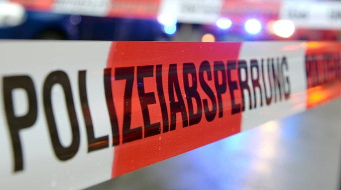 """Ein Flatterband mit der Aufschrift """"Polizeiabsperrung"""" ist im November 2014 in Freiburg (Baden-Württemberg) an einem Einsatzort zu sehen."""