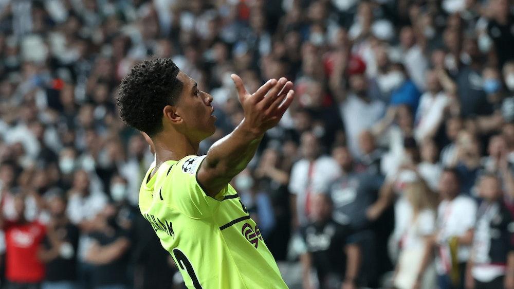 Jude Bellingham feiert seinen Treffer zum Dortmunder 1:0 bei Besiktas Istanbul