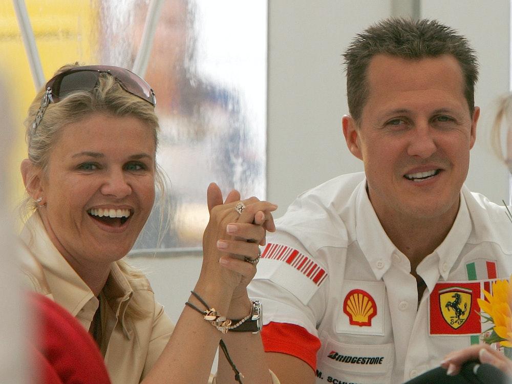 Michael Schumacher und Ehefrau Corinna lachen in die Kamera.