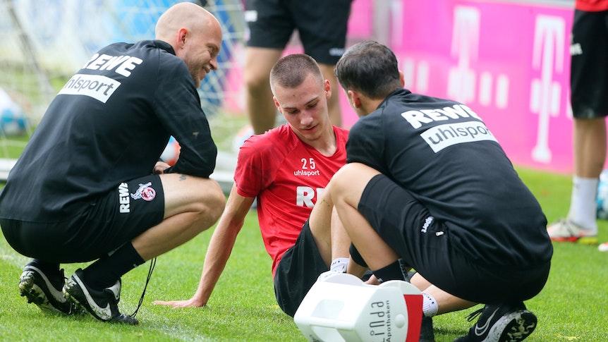 Tim Lemperle wird im Training des 1. FC Köln behandelt.