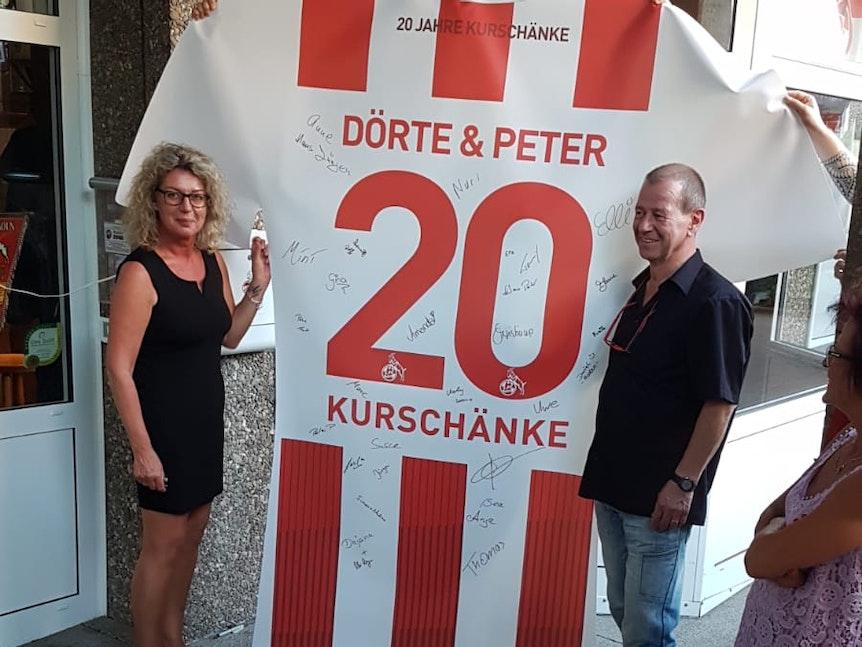 Ehepaar Ruckes aus Bad Neuenahr mit überdimensionalem FC-Trikot.