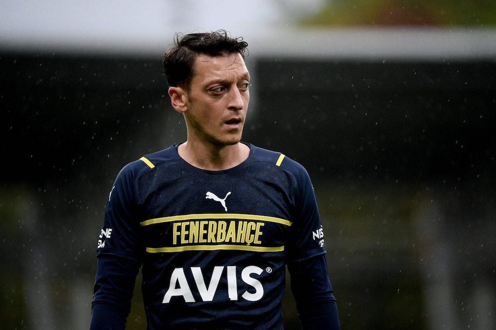Fenerbahces Mesut Özil im Regen