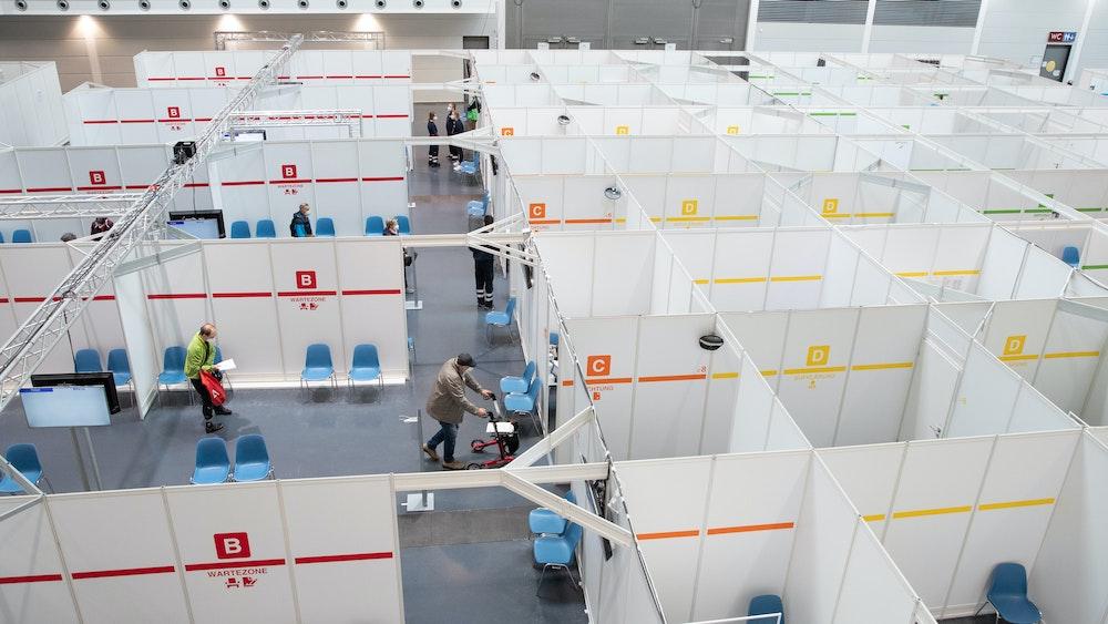 Impfwillige laufen am 27. Mai 2021 durch das Impfzentrum Bielefeld.