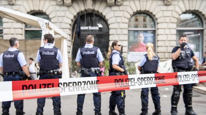 Das Foto zeigt Schweizer Polizisten, die im Juli 2019 vor der Filiale einer Schweizer Bank.