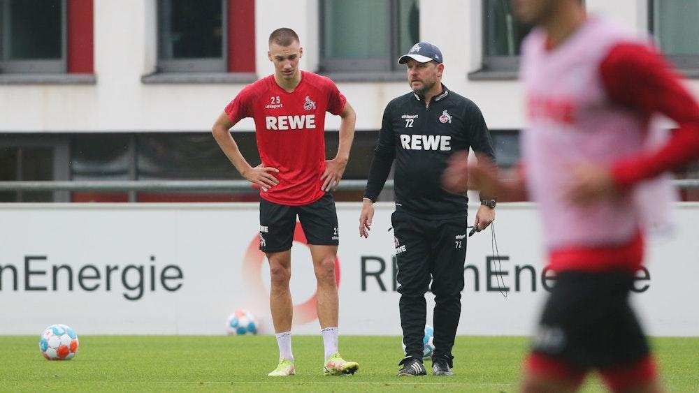 Tim Lemperle steht beim Training des 1. FC Köln neben Steffen Baumgart.