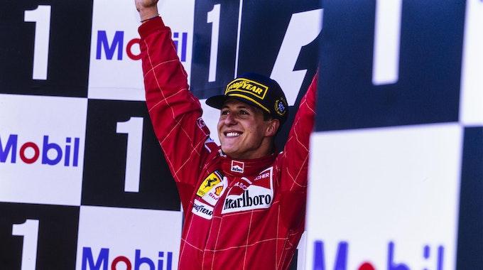 Michael Schumacher bejubelt seinen Sieg beim Grand Prix in Belgien 1996.