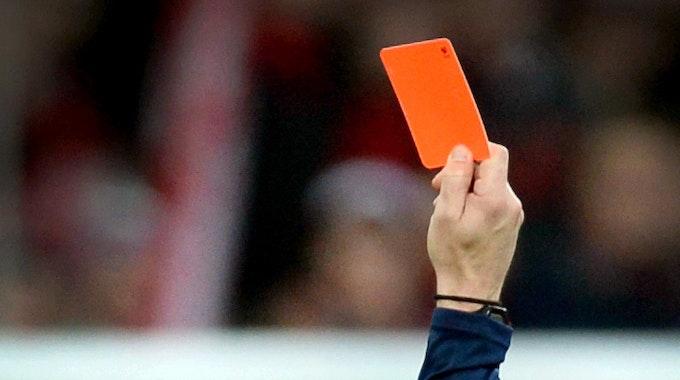 Ein Schiedsrichter zeigt einem Fußballspieler am 21. Februar 2015 die rote Karte.