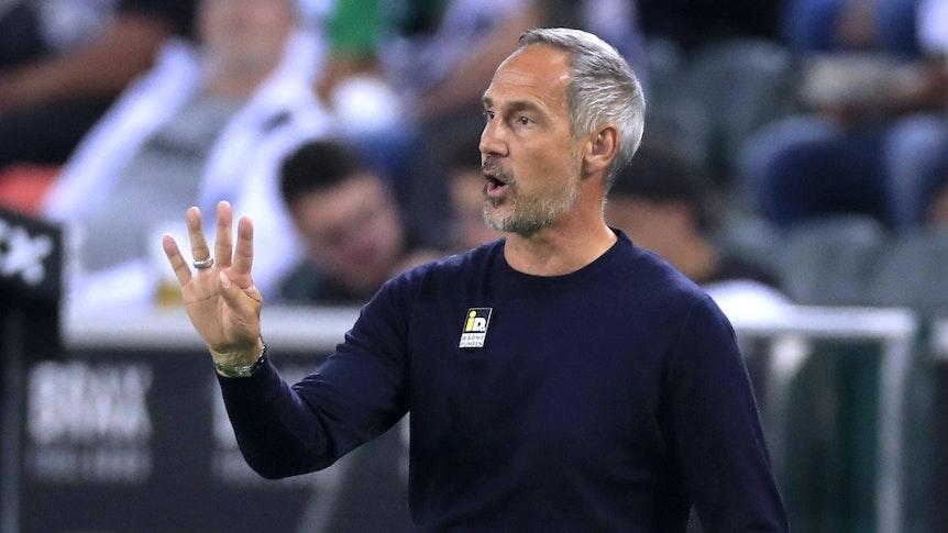 Adi Hütter, Trainer von Fußball-Bundesligist Borussia Mönchengladbach. Auf diesem Foto ist der Österreicher am 12. September 2021 im Borussia-Park zu sehen. Hütter macht mir seiner rechten Hand eine Geste und ruft etwas auf das Spielfeld.